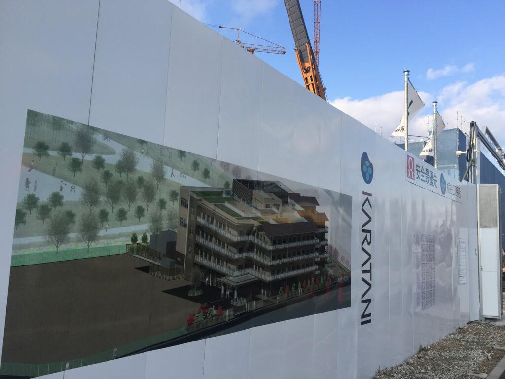 空き地に建設中の建物の絵