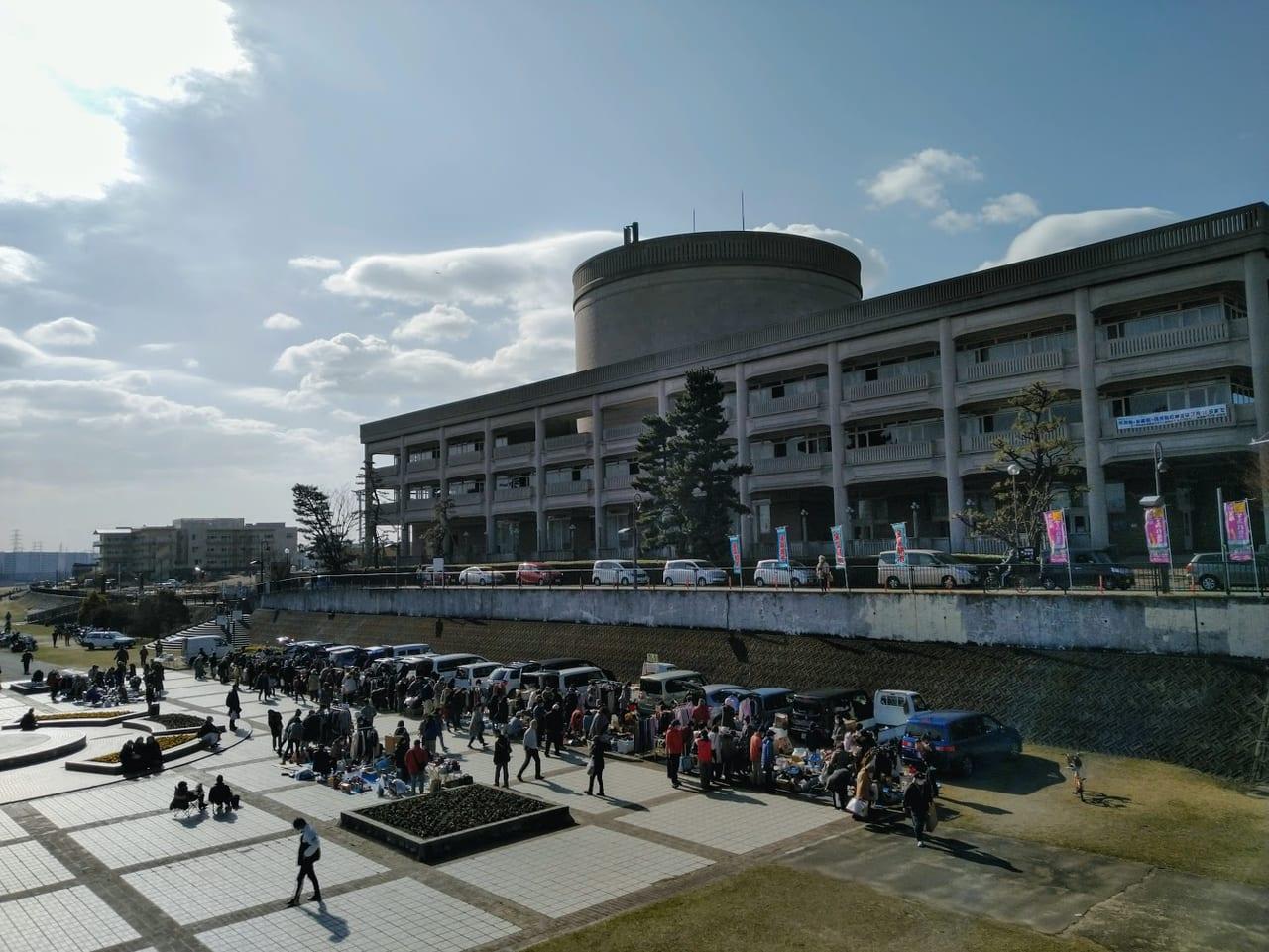 武庫川河川敷でガレージセール