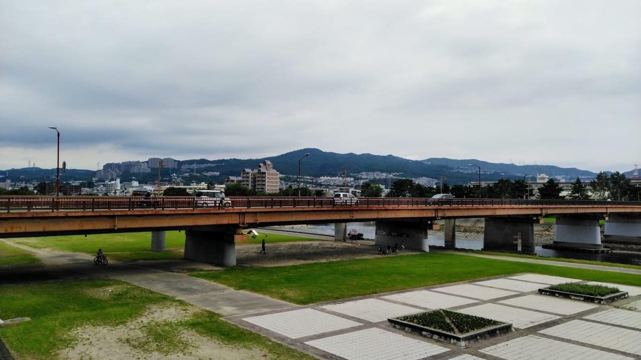 宝塚市役所横の武庫川河川敷