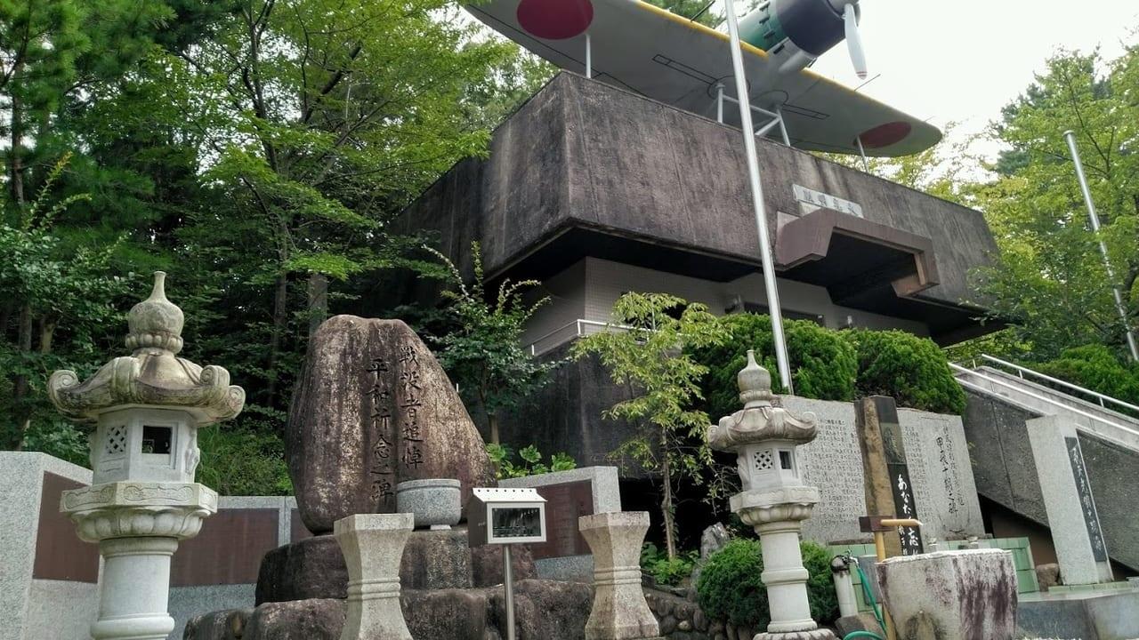 光明殿と戦争慰霊碑